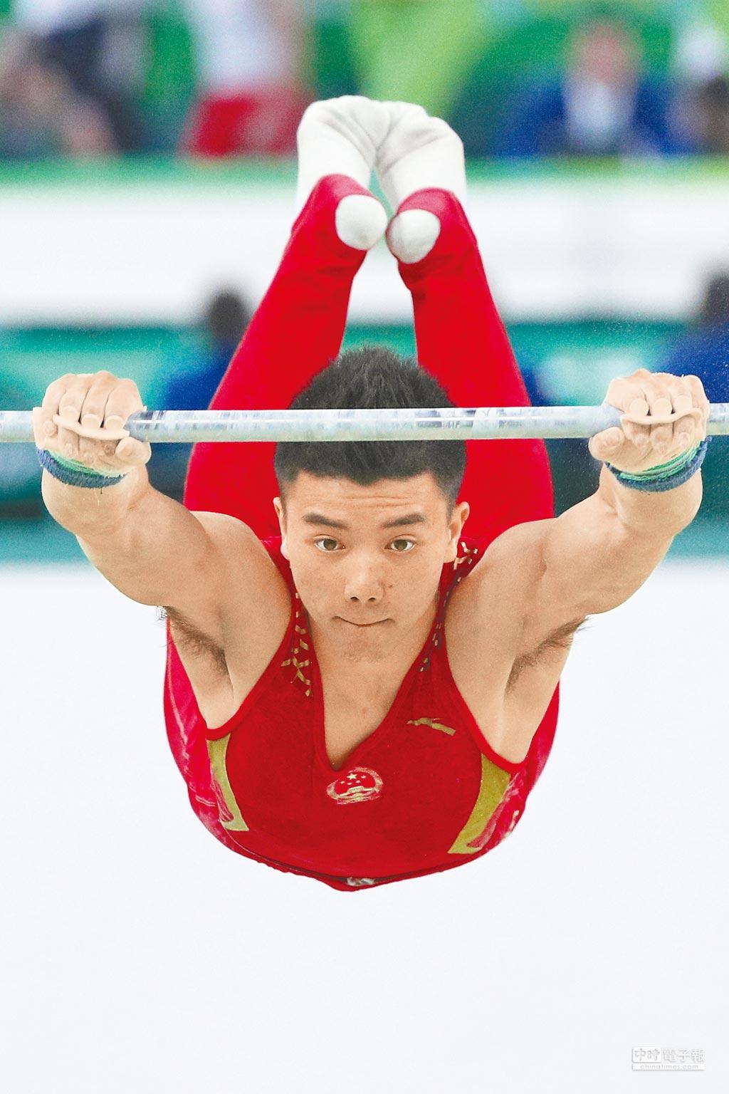 中國隊選手林超攀在單槓比賽中。(新華社)