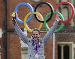 里約奧運》美43歲女自行車手 衝破極限三度摘金