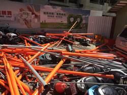 鋼管從天降 砸毀10餘輛汽機車