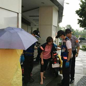 婦遭撞癱坐路邊  暖警脫雨衣遮蔽