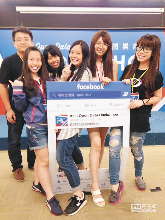亞洲跨國黑客松競賽13、14日在台灣、泰國、印尼同步舉行,號召開放資料應用高手跨國PK,包括醫療資源、農業栽種、言論自由等進行專題分析,圖為入選台灣團隊康農匯。(李欣樺攝)