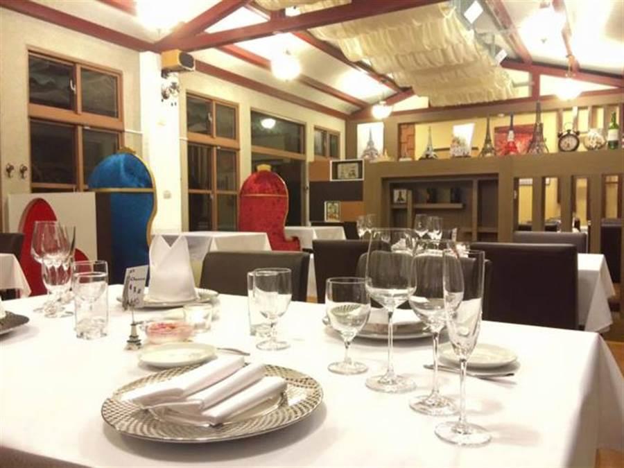 法國餐廳內觀,空間寬敞。(取自卡卡松法式餐廳臉書)