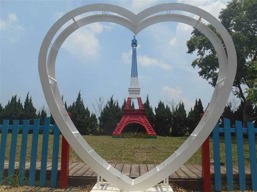 法國餐廳在庭園中擺設巴黎鐵塔裝置藝術,有「小巴黎」之稱。(取自卡卡松法式餐廳臉書)