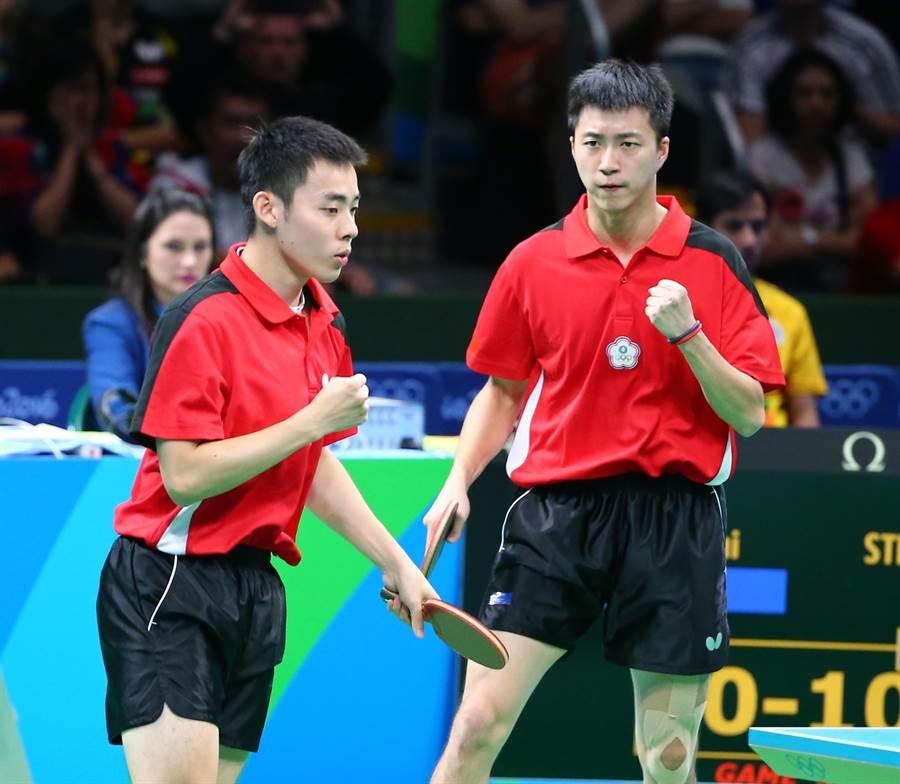 中華奧運桌球代表隊男子團體賽14日迎戰德國,中華隊以一比三不敵對手落敗。中華隊陳建安(左)、江宏傑(右)拿下中華隊唯一的賽點。(陳信翰攝)