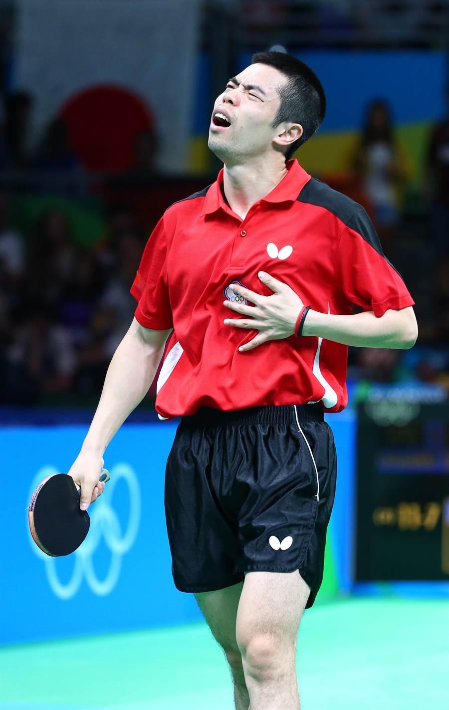 中華奧運桌球代表隊男子團體賽14日迎戰德國,中華隊以一比三不敵對手落敗。中華隊莊智淵連敗兩個賽點,顯得相當懊惱。(陳信翰攝)