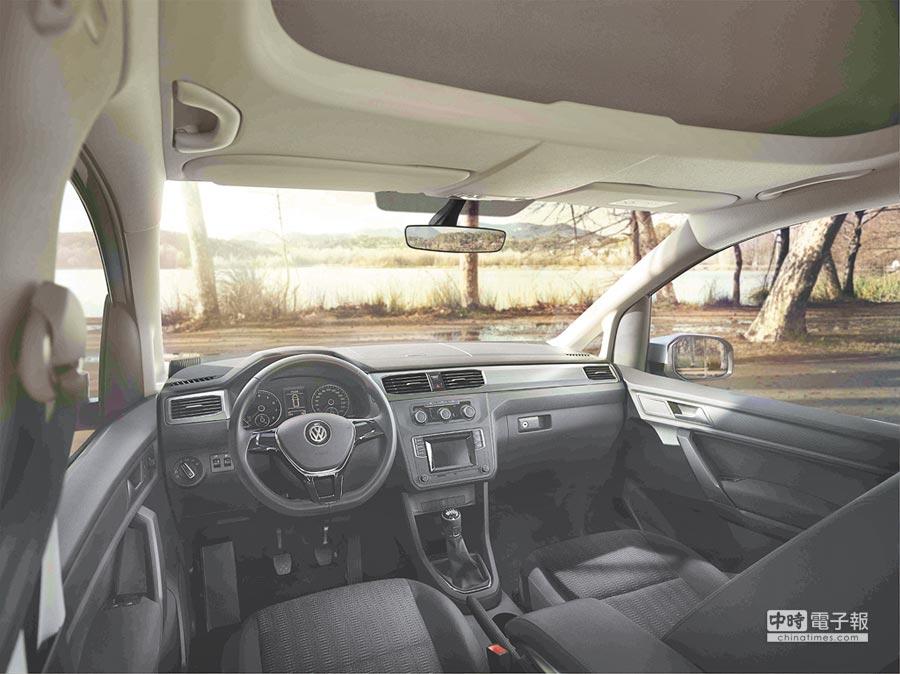 New Caddy Maxi中控台已和福斯乘用車無異,國內引進車款配備比圖示更豐富豪華,包括3幅真皮方向盤、真皮排檔桿頭、恆溫空調、原廠皮椅、5吋彩色螢幕及定速巡航均屬標配。圖中可見屬高頂設計的它駕駛座上方還附有開放式儲物間。攝影Rene   圖片提供VW