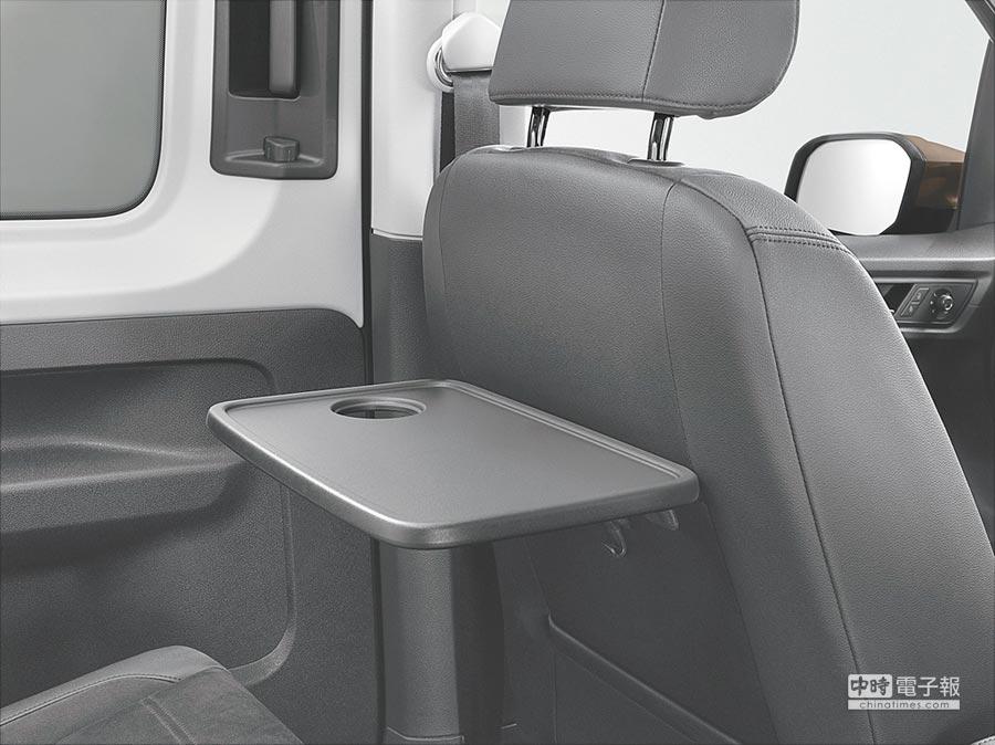 為強化車內休旅功能,New Caddy Maxi除了座椅下內建收納箱,還附有多達9個置杯架以及3個12V插座,就連椅背都附加了便餐台。攝影Rene   圖片提供VW
