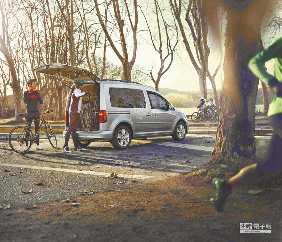 所有乘客都樂於坐在開闊且手腳可自由伸展的車室空間,New Caddy Maxi拜高頂設計之賜,連自行車都可直接搬進後方行李廂。攝影Rene   圖片提供VW