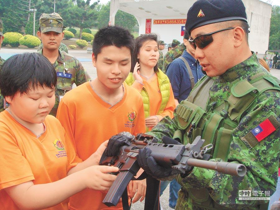 玩具槍材質及外觀和真槍十分相似,圖為軍方拿玩具長槍讓啟明盲生以手觸摸。(本報系資料照片)