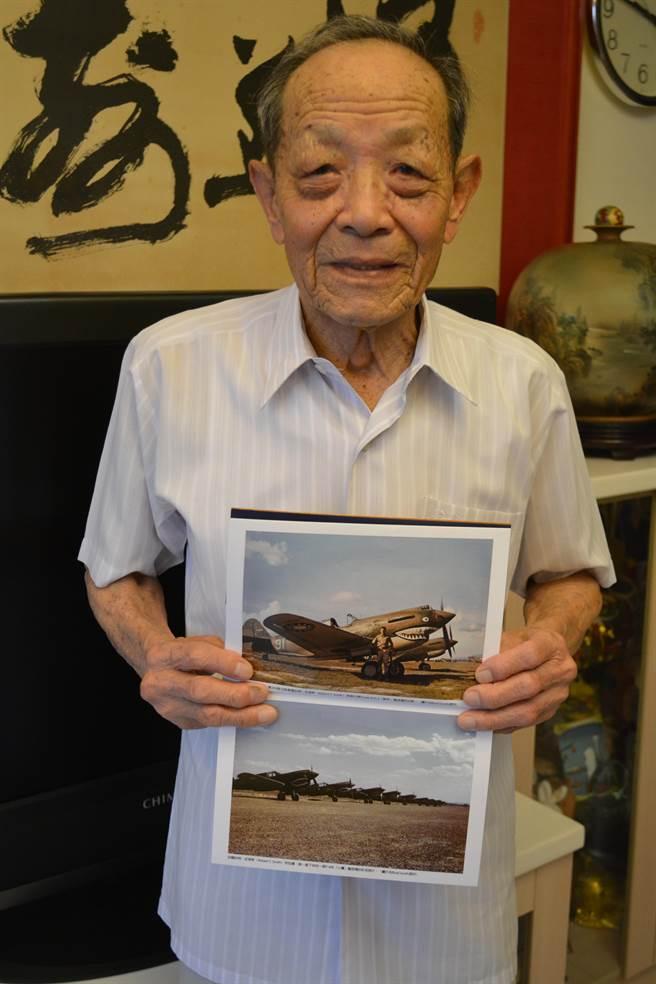 劉善榮先生與他修過的Hawk81A-2驅逐機(上)還有P-40E戰鬥機(下)照片合影。(許劍虹攝)