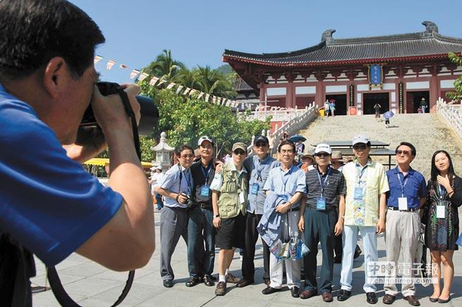 來自南韓的旅行團在三亞南山景區合影。(新華社資料照片)