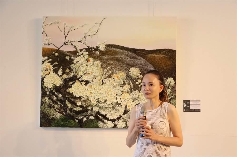 知名女畫家陳俐維,在策展人蔡蓁蓁的協助下,目前正在高雄市文化中心,舉辦「砌畫.桃花源」油畫個展。(圖/劉朱松)