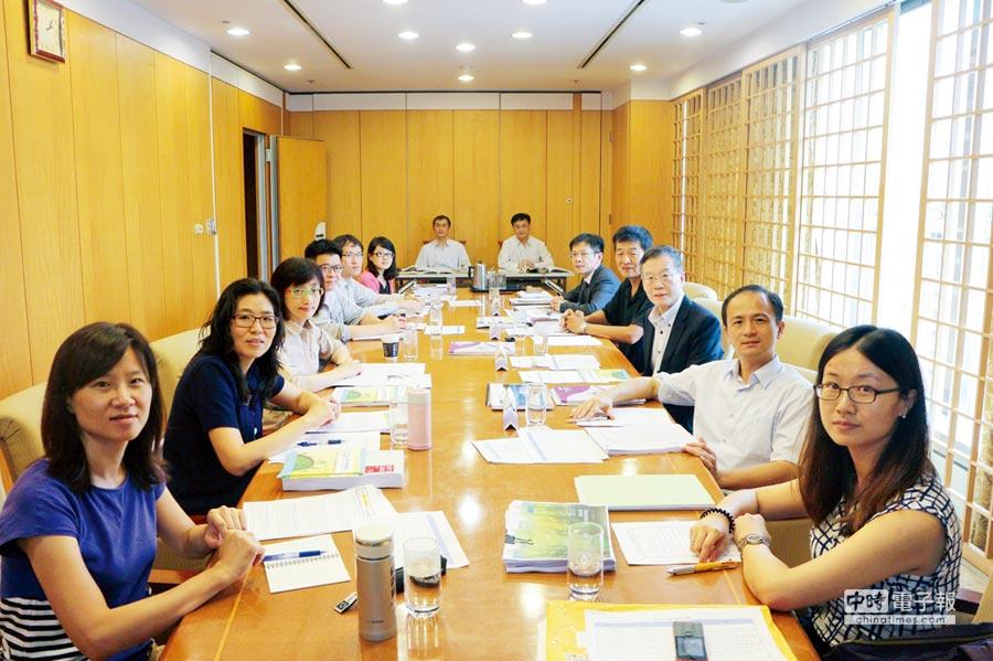 CCS理事長簡又新(右排前3)與會員代表出席企業永續診所。圖/業者提供
