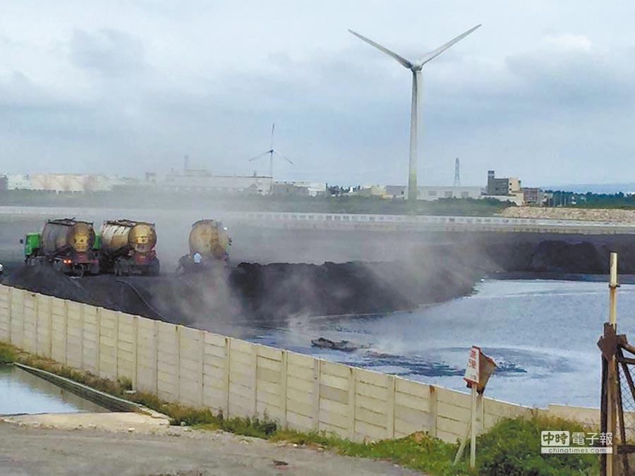 彰濱工業區線西3區西堤以東,台電正進行煤灰填海,照片煙塵灰揚,一度掀起濫倒疑慮。(議員賴清美提供)