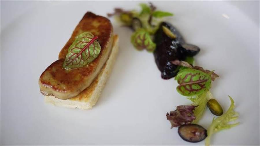 餐廳的嫩煎鵝肝重視擺盤美學。(取自卡卡松法式餐廳臉書)