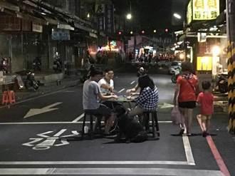 封城馬路中央打麻將 網友讚雞籠中元祭奇景