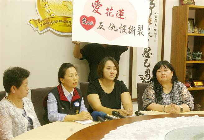 立委徐榛蔚(左2)譴責民進黨惡質選舉奧步,在被害者傷口上灑鹽。(許家寧攝)