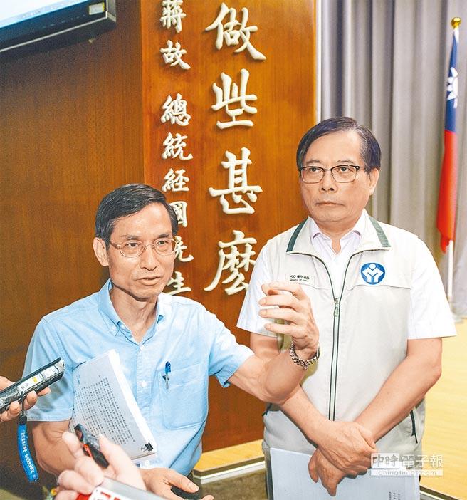 行政院政委林萬億(左)、勞動部長郭芳煜(右)17日說明與國道收費員會商事宜,以專案補貼達成最大共識。(郭吉銓攝)