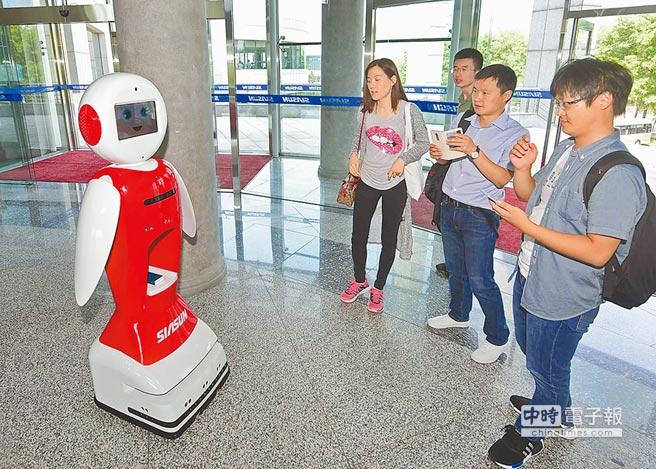 大陸砸巨資助東北轉型創新,圖為6月16日,中國機器人top10峰會成立大會在瀋陽舉行,迎賓機器人接待參會嘉賓。(新華社)