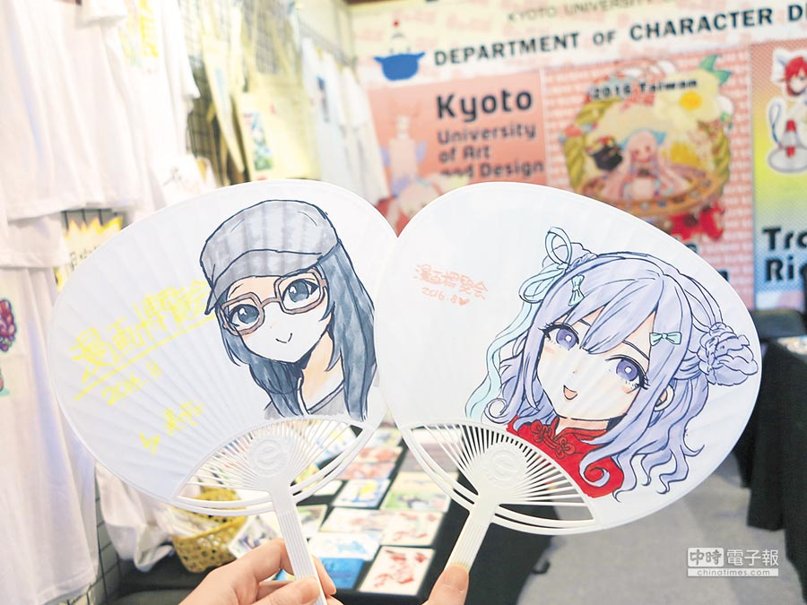 京都造形藝術大學學生於日本館的攤位,現場繪製動漫肖像的扇子。(記者黃阡阡攝)
