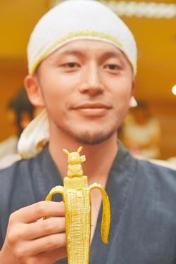 果雕賽神技 香蕉刻出皮卡丘