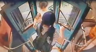 公車突關門  夾1歲女娃嚎啕大哭