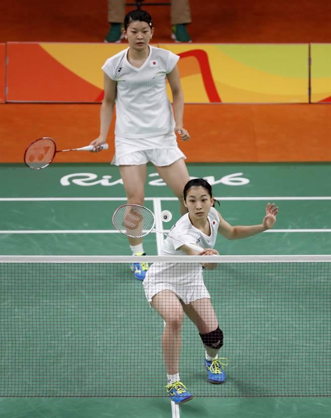 日本女雙組合松友美佐紀(下)、高橋禮華贏得日本參加奧運羽球賽首金。(美聯社)