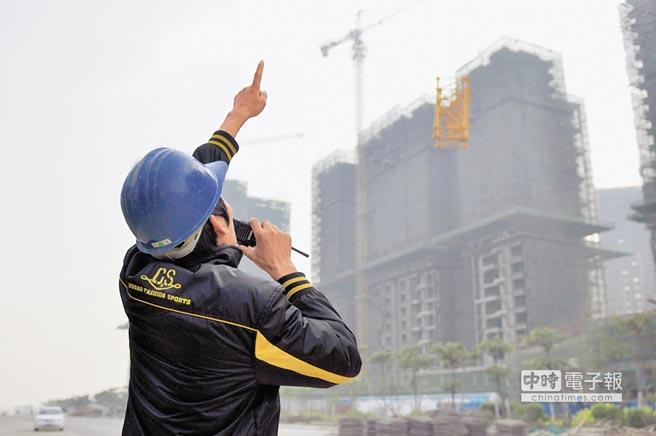 大陸7月70城房價年成長率深圳居首。圖為工人在深圳一處施工樓盤現場作業。(新華社)