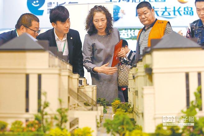 上海五一假日樓市,民眾挑選房型。(中新社)