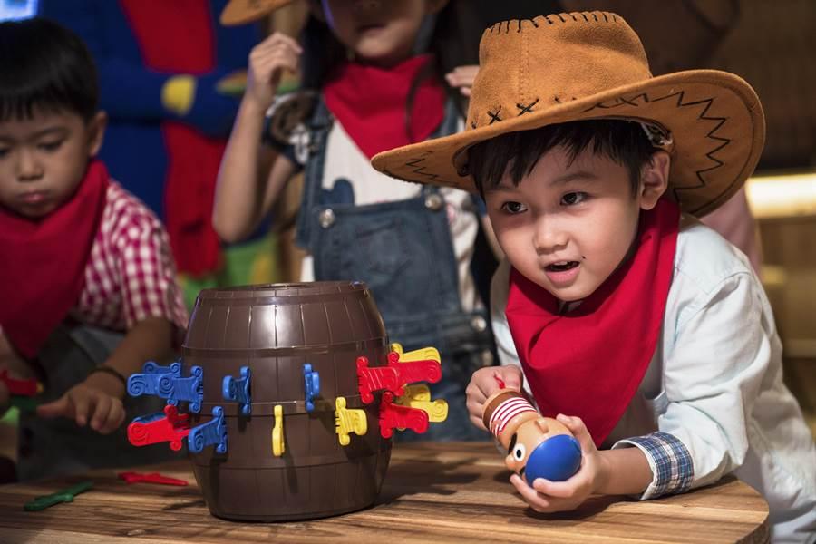 〈WOW BAR好喝窩〉內有各種互動遊戲可讓小朋友操作玩樂。(圖/蘭城晶英酒店)