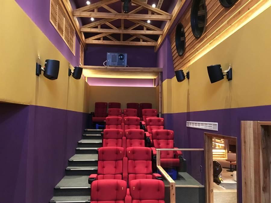 〈WOW SHOW好看窩〉是一專為小朋友與小小朋友設計的迷你電影院,裡面的座椅與播放影片,與新月豪華影城的影廳同步。(圖/蘭城晶英酒店)