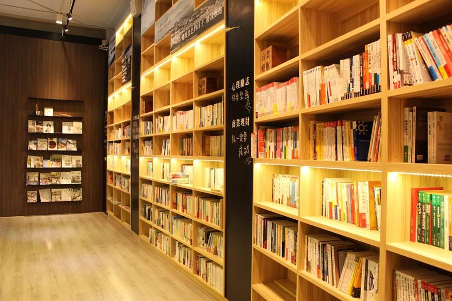 「承億小鎮慢讀」1樓規劃為書籍販售與禮物書專區,以及「那個那個咖啡」,提供多款特色輕食與飲品。(圖/業者提供)
