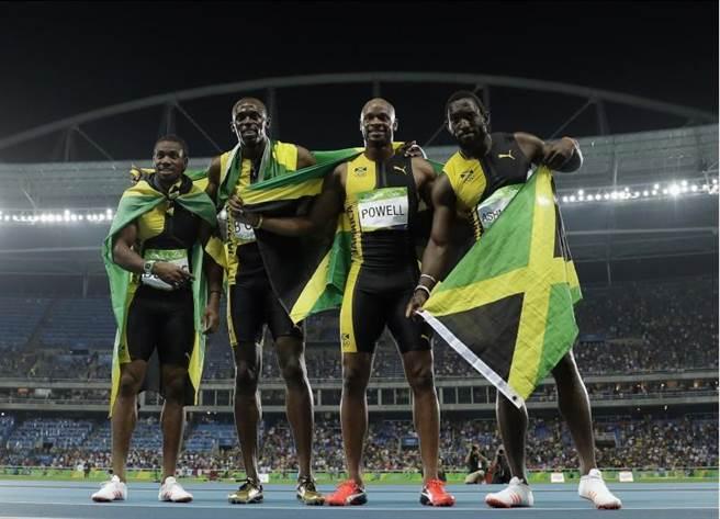 牙買加400公尺接力隊,今日跑出37秒27完成奧運三連霸,上圖左起為:布雷克、波特、鮑爾、阿什米德。(美聯社)