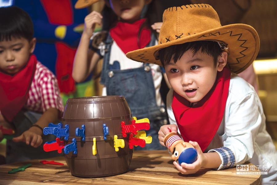 〈WOW BAR好喝窩〉內有各種互動遊戲可讓小朋友操作玩樂。圖/蘭城晶英酒店
