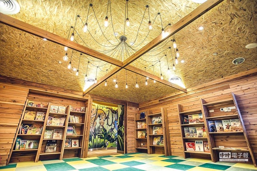在〈WOW WOW LAND好樂窩〉內規畫有一〈WOW LOFT好樂窩〉,小朋友可以在這裡閱讀故事書。圖/蘭城晶英酒店