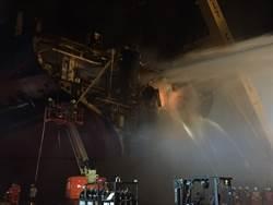 德翔台北輪殘骸 基隆船廠起火燃燒