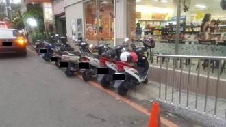 無障礙坡道被擋 店員暖心解救輪椅伯