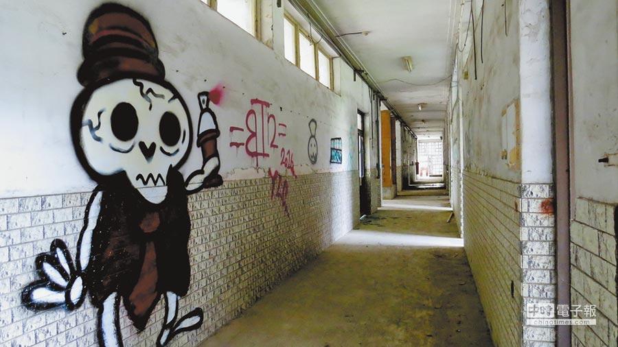 員林醫院荒廢多年,卻也吸引喜歡冒險的年輕人夜遊,甚至塗鴉證明「到此一遊」。(鐘武達攝)