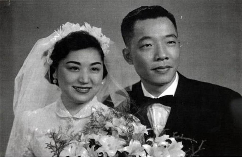 顧正秋和任顯群的結婚照。(圖取自微信「圍爐夜讀」)