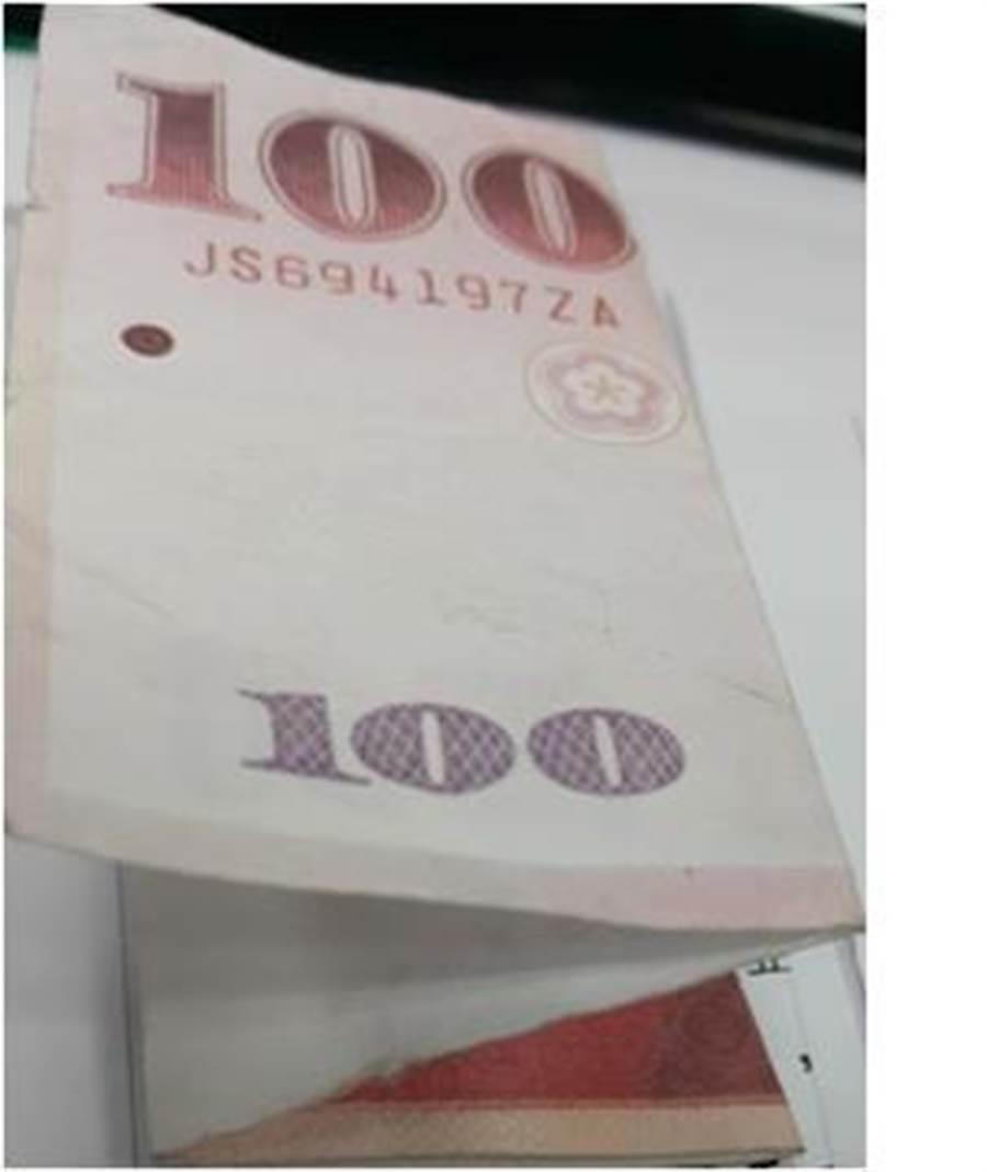 乘客故意將便條紙鈔摺疊,只露出100元在上方,若未細查容易上當。(新北客運提供)