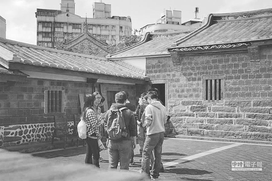 帶著大陸同學一起尋訪隱身在城市裡的古老建築。(作者提供)