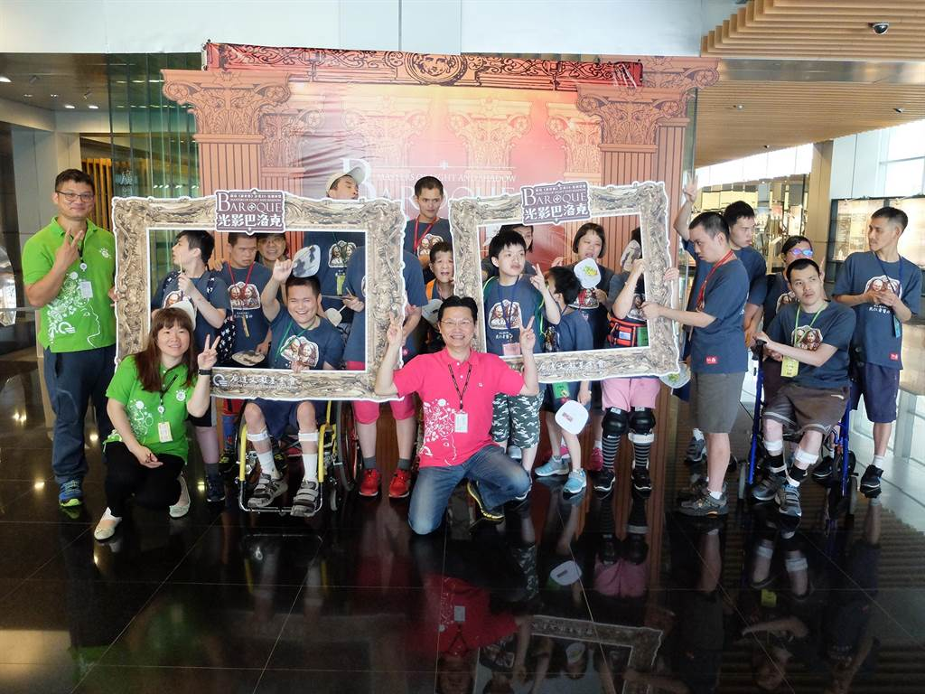 廣達志工與樂山孩童與光影巴洛克展覽合影。(廣達文教基金會提供)