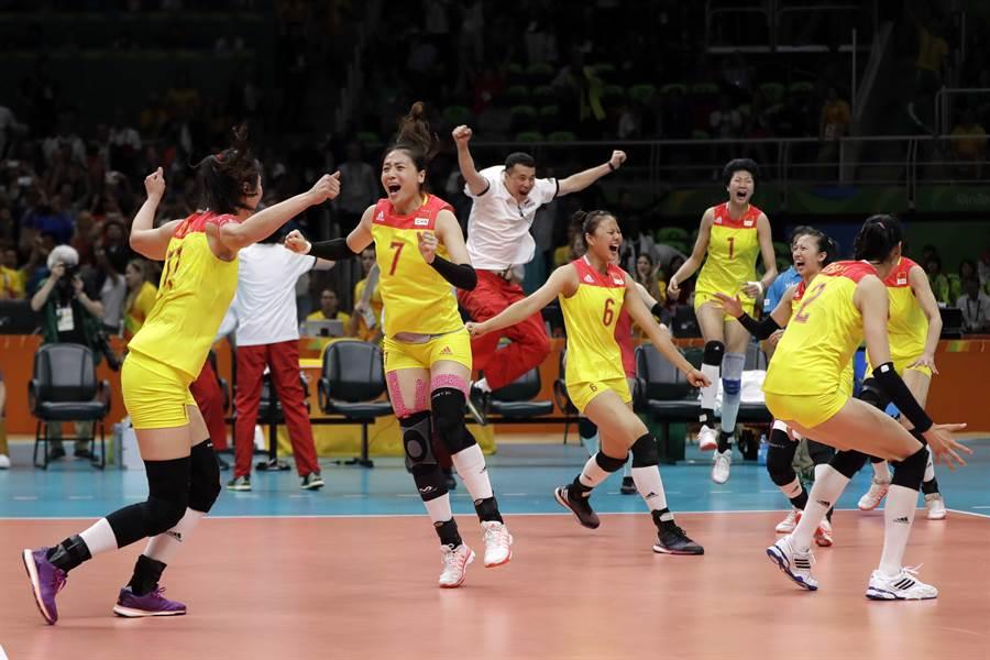 中國女排在今年里約奧運的決賽中後來居上,擊敗塞爾維亞,奪下金牌。(圖/美聯社)