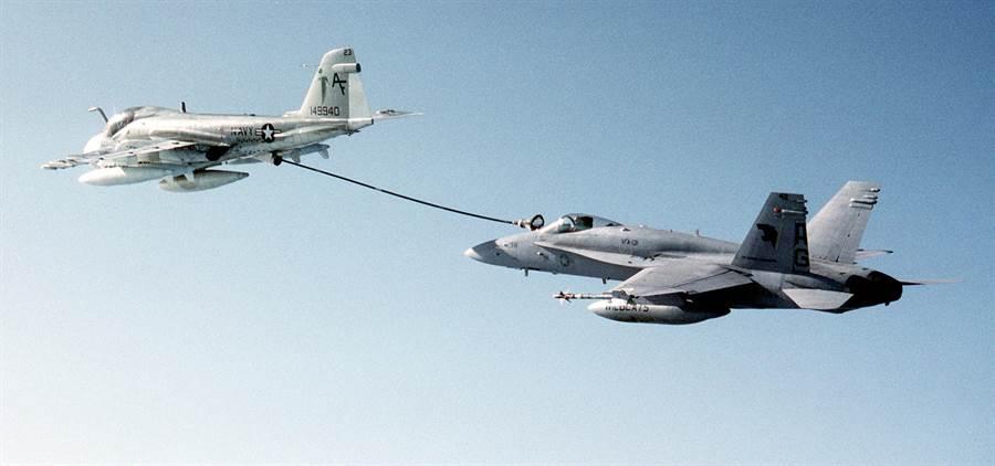 正在為F/A-18C加油的KA-6D加油機。(圖/美國海軍)