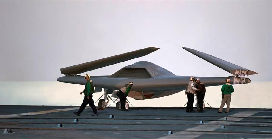 原先諾格公司的X-47B被寄與厚望成為艦用無人戰機,不過被美國海軍認為性能不符需求,也不適合做為無人加油機。(圖/美國海軍)