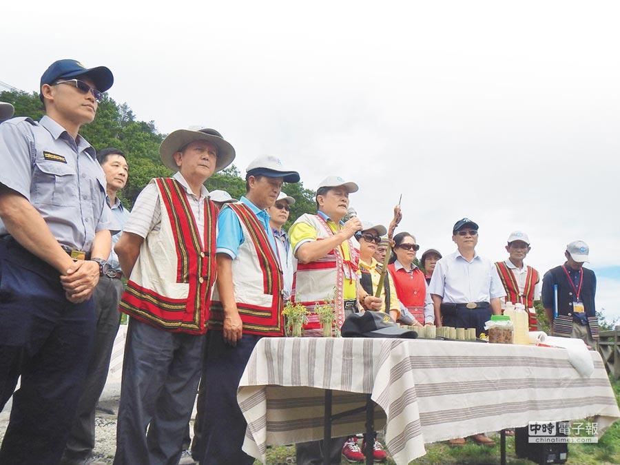 雪霸處邀請新竹林管處及鄰近各鄉區原住民代表,共同參與大霸尖山祈福敬山儀式。(黎薇翻攝)