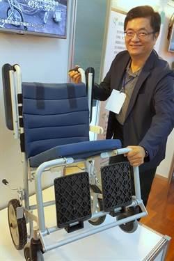 為帶父親出遊  教授開發速收輪椅創業