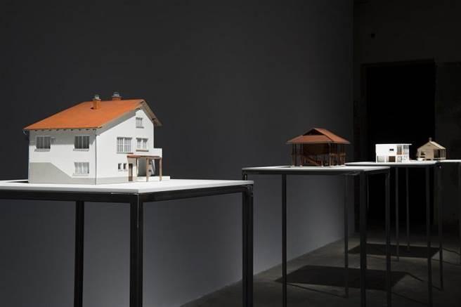 彼得.弗利德爾(Peter Friedl)《安置》,2012-2014,義大利杜林Guido Costa Projects藝廊展覽現場。(攝影/Maria Bruni)
