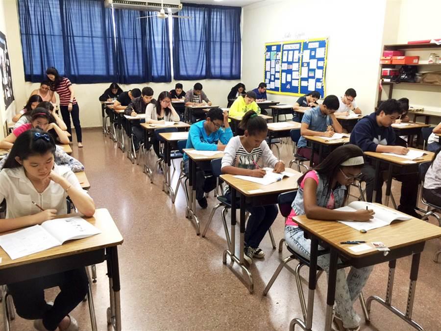 中華民國駐巴拿馬大使館當地時間20日舉辦「華語文能力測驗」(TOCFL),吸引超過200人報考,足見學習華語文在巴拿馬已蔚為風潮並具日益受到重視的趨勢。(駐巴拿馬大使館提供)中央社 105年8月24日