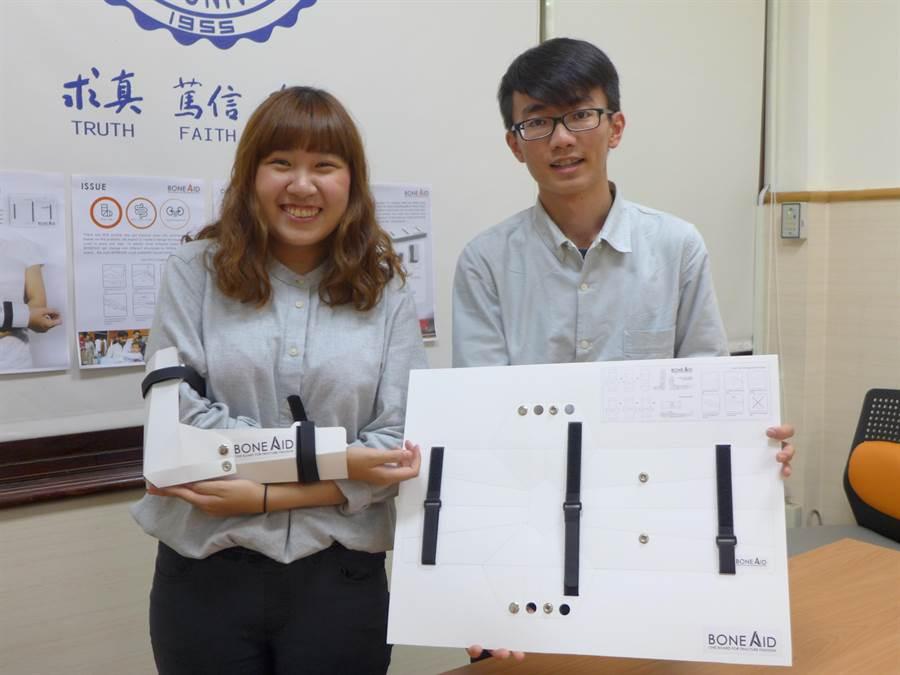 東海大學工業設計系四年級黃羽蔓(左起)、王于齊共同設計的「簡易骨折固定器具」奪IDEA金獎與策展人大獎。(林欣儀攝)